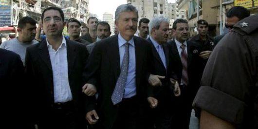 D'Alema a Beirut sottobraccio al ministro libanese il giorni della cessazione dei bombardamenti israeliani