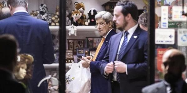 Kerry a Roma compra giocattoli
