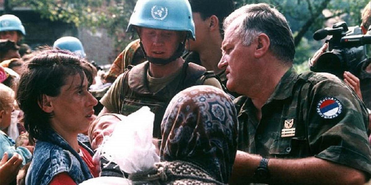 Foto simbolo di Srebrenica: il generale Mladic, braccio armato di Karadzic, parla cfon una donna musulmana a cui stava facendo ammazzare i familiari maschi