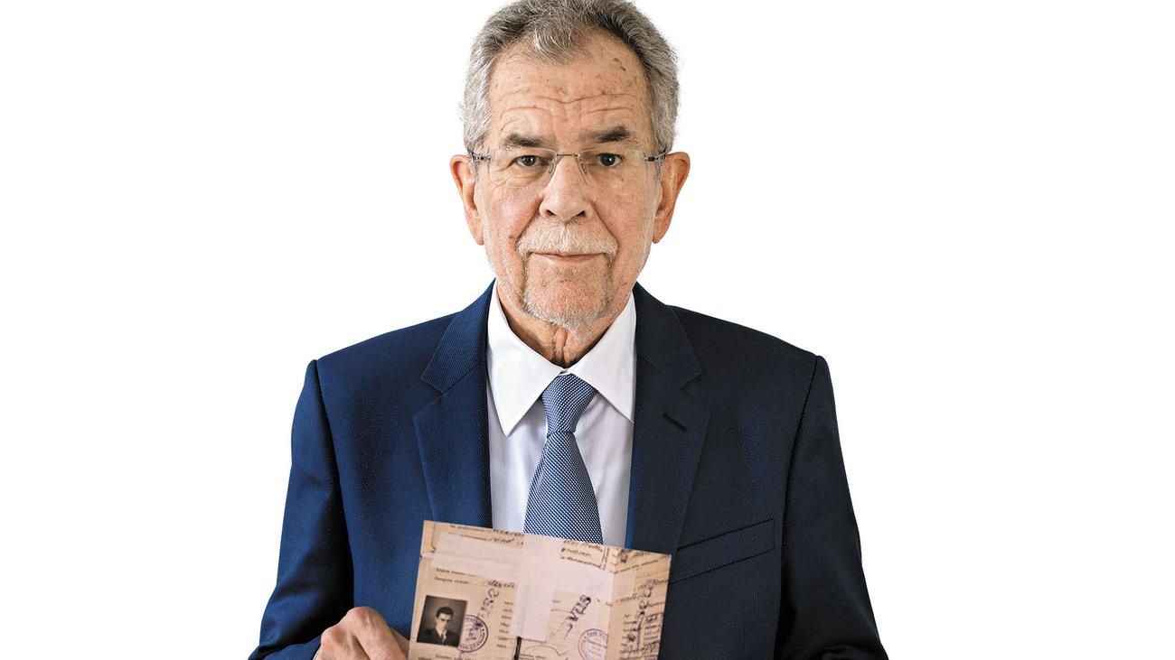 Il neo presidente austriaco mostra il suo documento da profugo