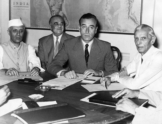 Lord Mountbatten, a sinistra Nehru, a destra Ali Jinnah