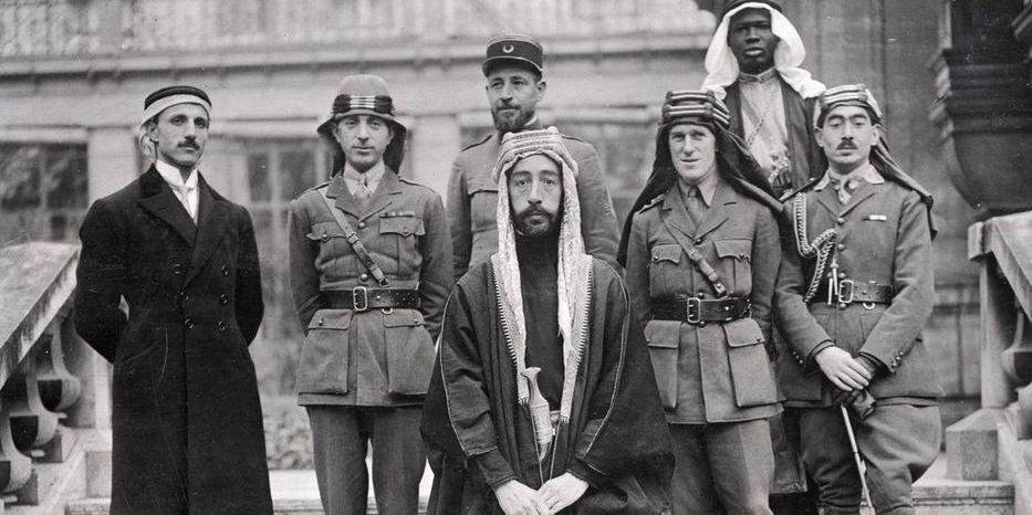 Faysal ibn al-Husayni, futuro Re dell'Iraq alla trattativa di Versailles.