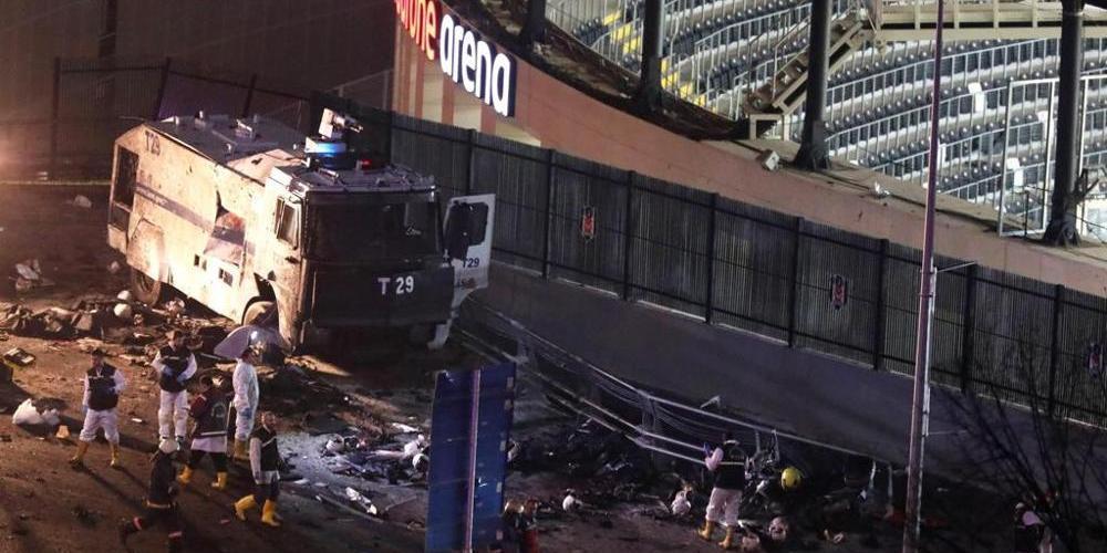 L'automezzo della polizia colpito e a terra molti caschi di poliziotti