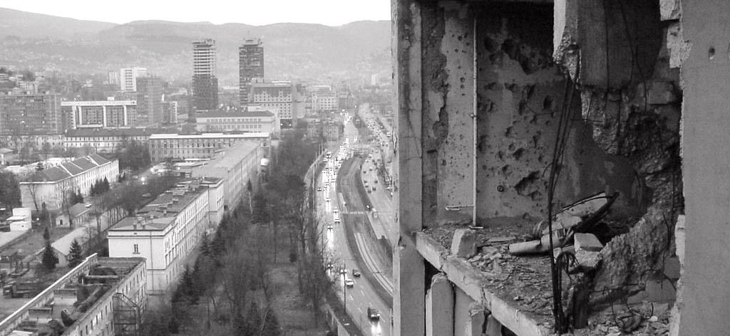 Postazione di tiro sul 'Viale dei cecchini' a Sarajevo.