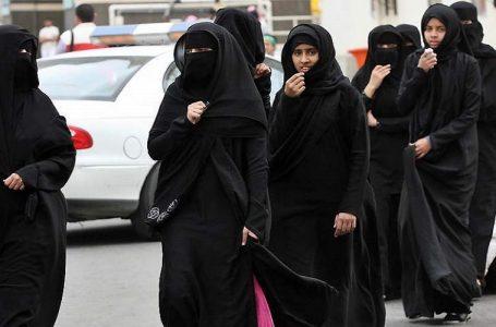 L'Abaya nero indossato a rovescio, protesta delle donne saudite