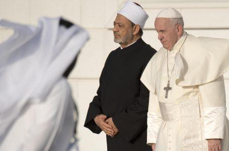 Papa Francesco negli Emirati arabi, parla di pace tra guerre e galere