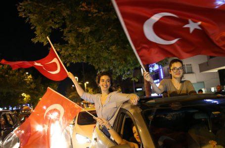 Istanbul laica rivota il suo sindaco e ammonisce Erdogan