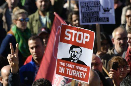 Erdogan, despota in declino, caccia i sindaci curdi ed è nei guai in Siria