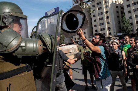 Cile, manganello e soda caustica contro i manifestanti