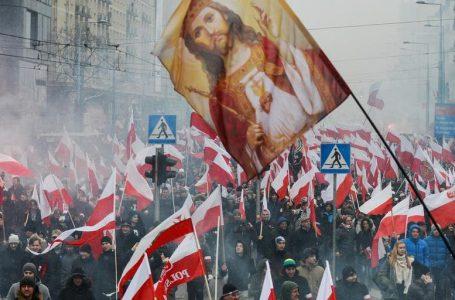 Polonia sbeffeggia l'Ue sui giudici e litiga sull'olocausto