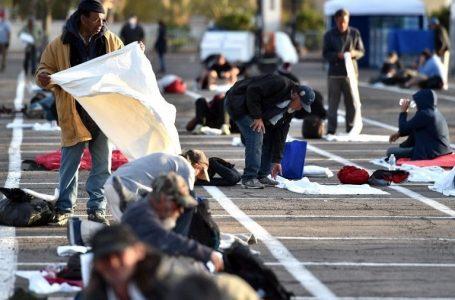 Amara America: Las Vegas, senzatetto per terra nel parcheggio a distanza di sicurezza- VIDEO