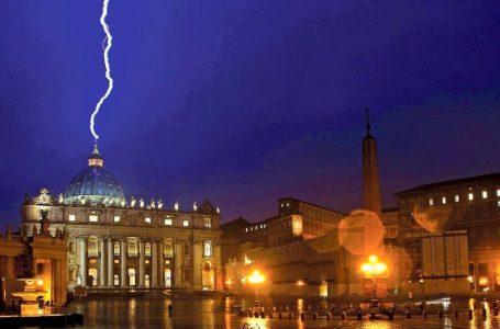 Finanza vaticana, il repulisti di papa Francesco e lo sporco sotto i paramenti