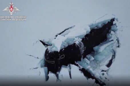 Immagini spettacolo di 3 sottomarini russi che emergono dai ghiacci dell'Artico. Chi comanda al Polo Nord