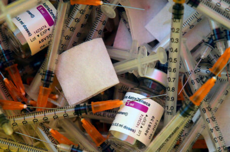 Vaccini nascosti da AstraZeneca, l'Ue in guerra blocca l'export