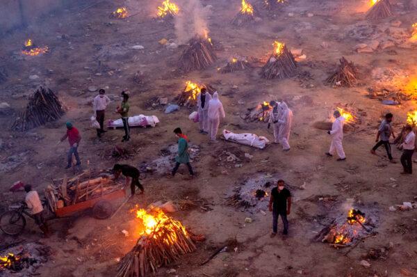 India allo stremo: 350 mila casi in un giorno. Il governo Modi oscura le proteste e censura
