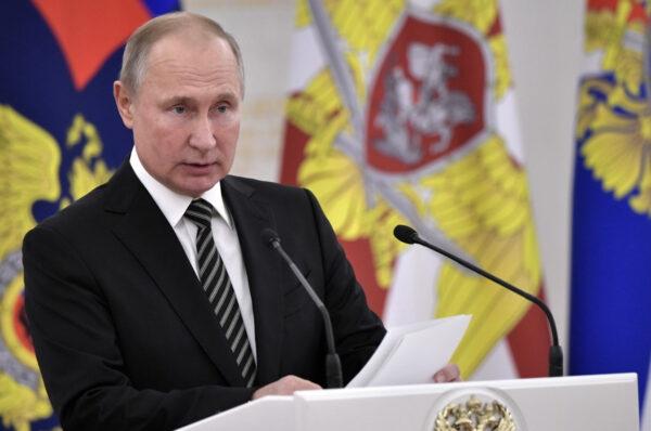 Putin a sorpresa: via le truppe dal confine e invita il presidente ucraino a Mosca, Navalny dai suoi medici