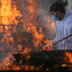 Strage covid in India: un milione di casi in tre giorni e cadaveri bruciati in strada