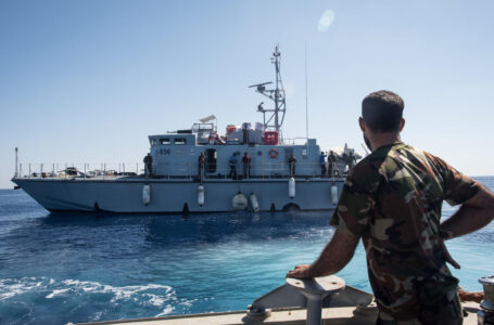Sfide navali. Libia: mitraglia pescherecci italiani, ferito comandante. Manica, sulla pesca Gb-Francia con navi da guerra