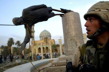 La statua di Saddam abbattuta, uno dei tanti inganni della guerra 2003 costruita sulla menzogna