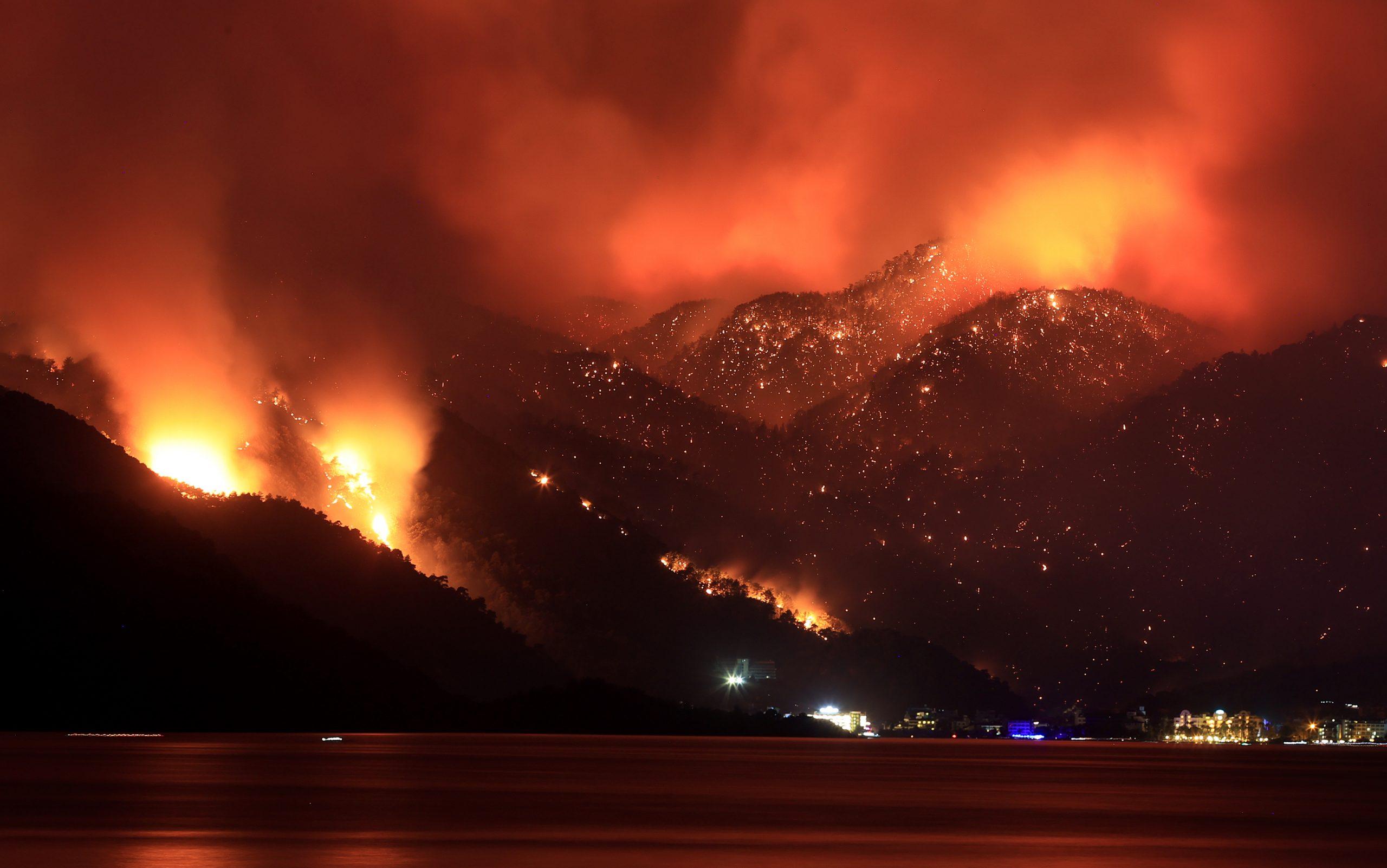 Gli incendi che devastano la Turchia bruciano la residua credibilità di Erdogan